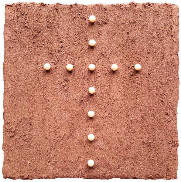 Este Galashire - Perlenkreuz auf dunklem Sand
